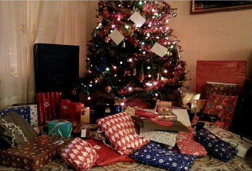 L'enfance c'est de croire qu'avec le sapin de Noël et trois flocons de neige toute la terre est changée. - André Laurendeau -