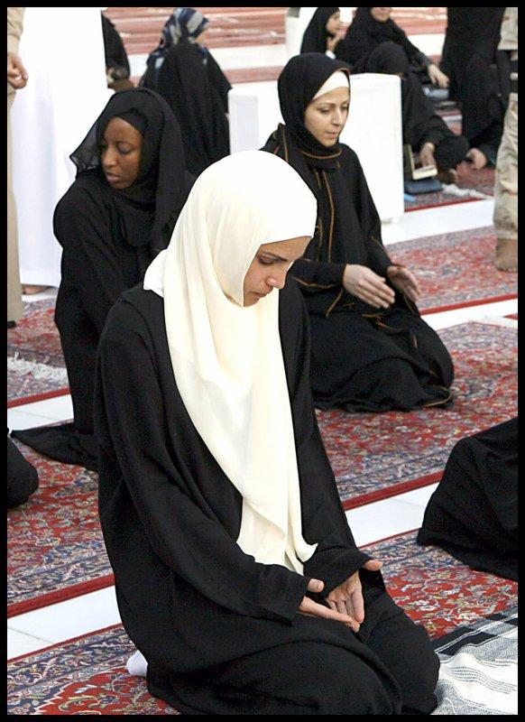 C'est l'histoire poignante d'une s½ur convertie à l'Islam depuis quinze ans et dont le v½u le plus cher était de partager cette foi avec ses parents. Régulièrement, depuis toutes ces années, elle leur parlait donc de sa religion, de son Islam. Les visites auprès de ses parents, régulières, se succédaient et se ressemblaient. La jeune femme persévérait dans sa da'wa sans faiblir et sans faillir.
