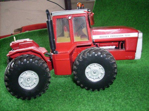 les tracteurs  MF bien sur