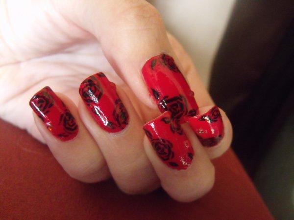 Roses noires sur fond rouge :)