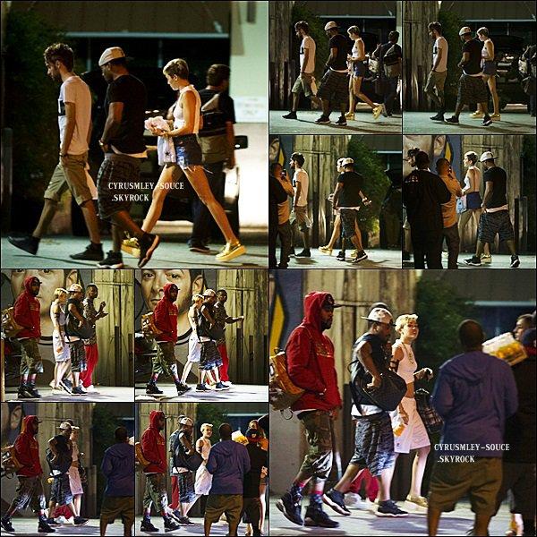 04/08/13 : Miley quittant un salon de tatouage.