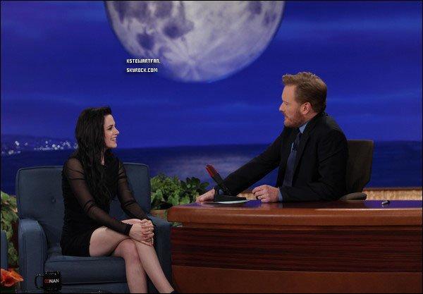 . Captures de Kristen chez Conan O'Brien le 17 novembre 2011. .