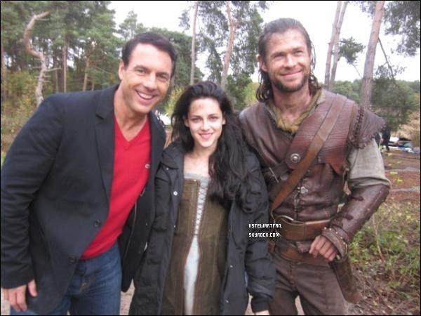 . 17/11/2011 : Photos de Kristen et Chris Hemsworth sur le set de Blanche Neige et le Chasseur (Snow White and the Huntsman). .