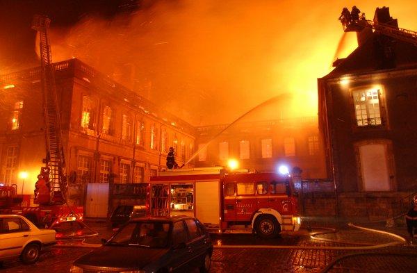chateaux de lunéville sous les flammes du 2 janvier 2003
