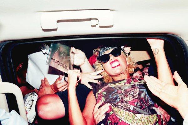 Be yourself, and don't ever let anyone tell you that you can't achieve your dreams. - Lady Gaga -------------------------- Sois toi-même, et ne laisse jamais qui que ce soit te dire que tu ne peux pas réaliser tes rêves. - Lady Gaga