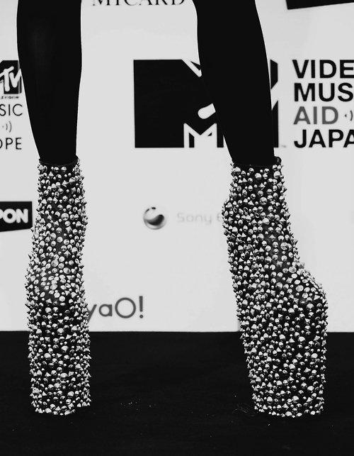 I would rather die than have my fans see me without a pair of heels on. And that's show business. - Lady Gaga - Je préfèrerais mourir plutôt que de laisser mes fans me voir sans une paire de talons. Et c'est ça le show-business - Lady Gaga