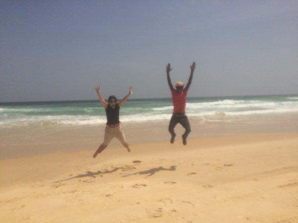 Saltando olas en las playas de Senegal