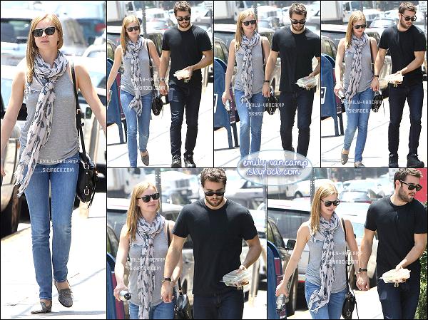 29/05/2015: Emily et son chéri Josh sont allés s'acheter à déjeuner dans un resto de sushis de Los Feliz (CA). Les amoureux ne se quittent plus, ils sont adorables tous les deux. - J'aime beaucoup la tenue d'Emily, simple et jolie, top.