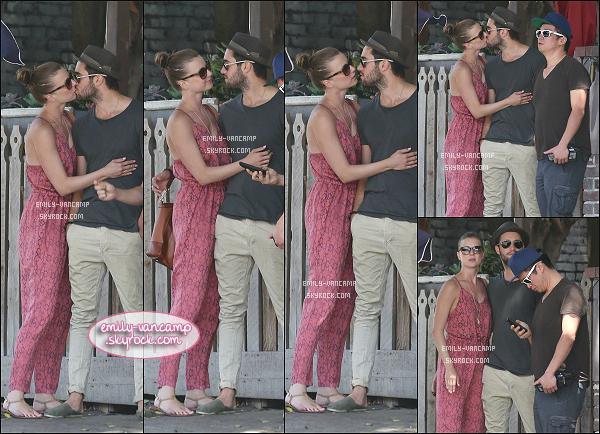 19/05/2014: Emily et son inséparable Josh sont allés déjeuner avec un ami dans un restaurant de Los Feliz. Complètement fan de la combinaison, elle lui va vraiment bien. - Le couple est très complice, ils sont adorables ensemble !