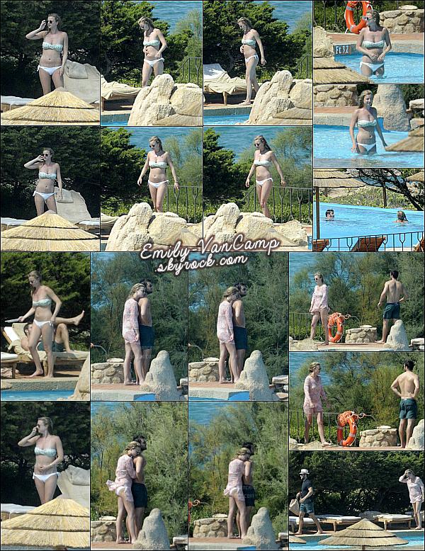 28/08/2015: Emily VanCamp toujours en Italie a été repérée en compagnie de Josh sur une plage italienne. Un candid comme on les aime, ils sont trop mignons, j'adore. Petite baignade en amoureux suivi d'une séance de bronzage.