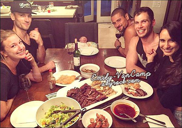 05/09/2015: La jolie Emily VanCamp est de retour à Los Angeles, puisqu'elle a passé la soirée avec des amis.