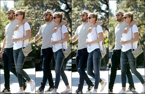 18/09/2015: Emily  et son amoureux Josh B. sont allés déjeuner au Café Beachwood, situé dans Los Angeles. Enfin un candid du couple, de retour à LA, ils sont mignons comme toujours. Tenue simple pour Emi, j'aime beaucoup, Top!