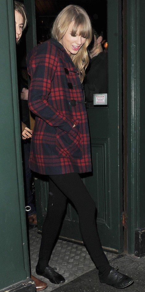 Taylor Swift et Tom Odell à la sortie d'un pub hier soir.