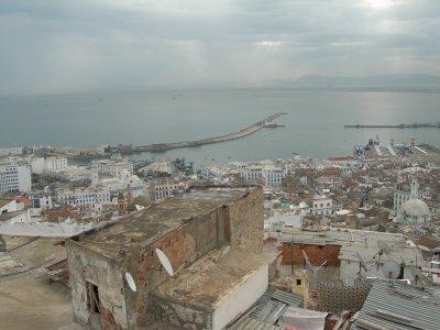 Vue d'une terrasse de la Casbah sur la baie d'Alger