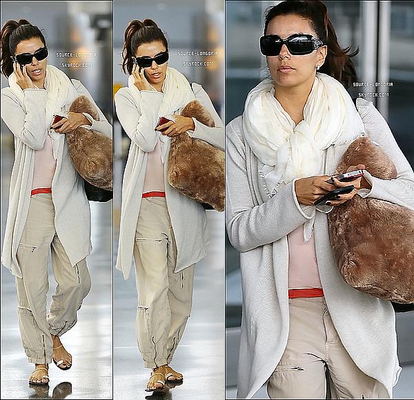 - 01/06/12 :  Eva collée à son téléphone photographiée a l'aéroport de Lax pour prendre un vol direction New York.