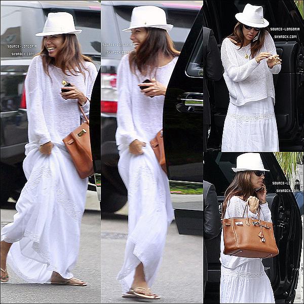 - 24/08/12 : Eva sortant de sa voiture pour se rentre à l'aéroport pour prendre un vol . -
