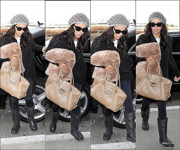- 27/11/12 : Eva Longoria photographiée à l'aéroport de Los Angeles pour prendre un vol encore inconnu .  -