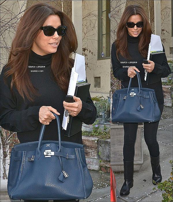 - 18/02/13 : Eva  sortant du salon de coiffure Ken Paves avec son ami à Los Angeles. -