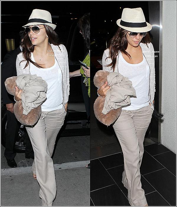 - 12 juillet 2013 : Eva Longoria , photographiée à l'aéroport de LAX à Los Angeles , magnifique! -