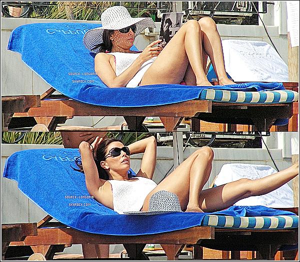 - 04/08/13: Eva Longoria était sur plage privée avec son chéri Ernesto à Marbella (Espagne). -