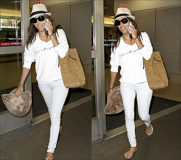 - 06/08/13 : Eva collé à son téléphone elle à était photographiée à l'aéroport de Los Angeles , de retour chez elle .  -
