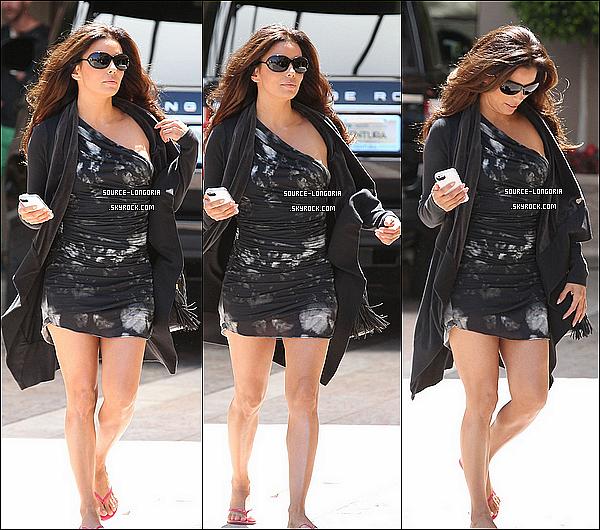 - 07/08/13:Eva ,sortant d'un magasin après s'être achetée un café avant d'aller à un shooting photo à Berverly Hills. -