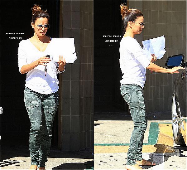 - 06/10/13: Eva Longoria , sortant d'un rendez vous d'affaire avec un script à la main à Los Angeles. -