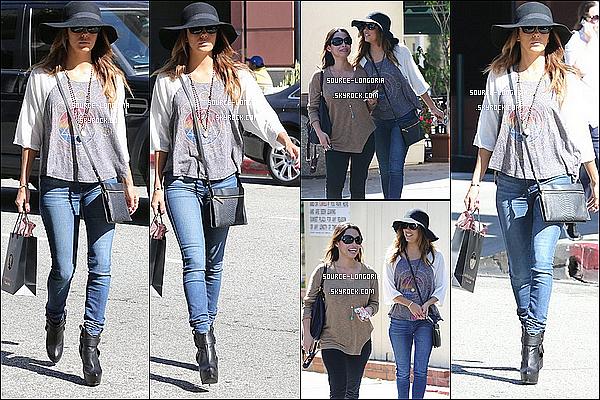 - 15/10/13 : Eva Longoria et une de ses meilleures amie sont allées déjeuner au « Café Med » dans Los Angeles. -