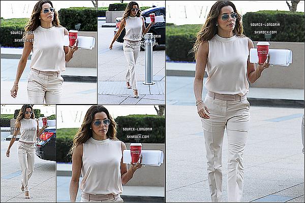 - 05/11/13 : Eva Longoria toute élégante, elle s'est rendue à un rendez vous d'affaire dans sa ville L.A. -