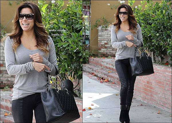 - 03/12/13:  Eva le sourire au lèvres elle a était photographiée sortant du salon de coiffure de son ami Ken Paves. -