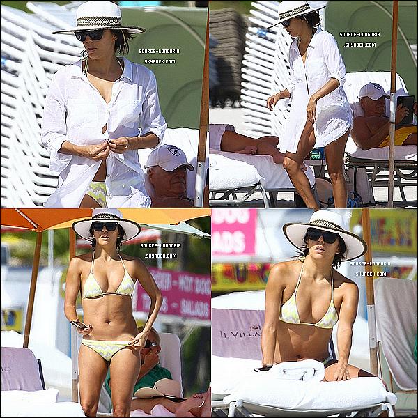 - 08/11/2014 : Eva Longoria profitant du soleil sur une plage privée de Miami. -