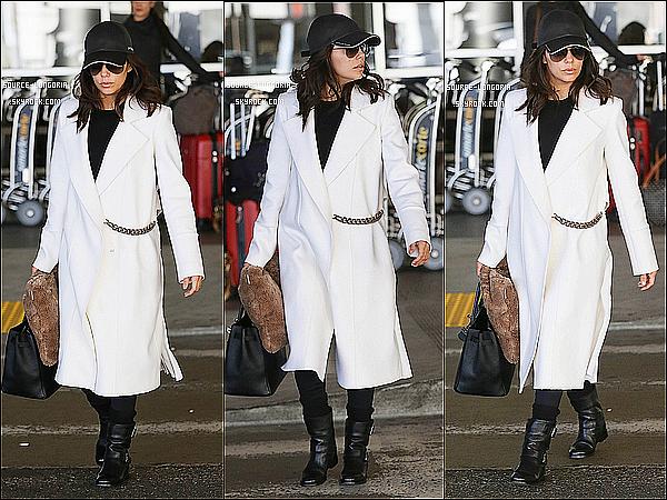 - 19/11/14: Après son cours voyage à New York, Eva Longoria  a était vue à l'aéroport de Los Angeles. -