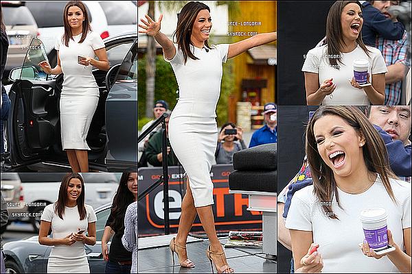 - 22/04/15: Miss  Eva s'est rendue sur le plateau de l'émission  « Extra » à Universal Studios Hollywood dans L.A.L'émission était animer par un de ses meilleurs ami Mario Lopez, Elle était parfaite dans cette robe blanche, sourire parfait ♥♥  -