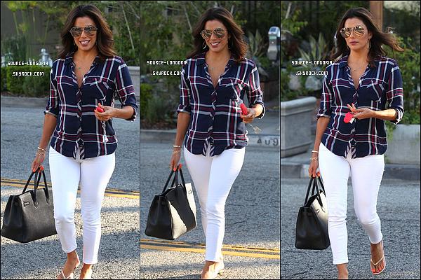 - 27/07/2015: De retour à Los Angeles, Elle a était photographiée sortant du salon du coiffure Ken Paves à L.A. -