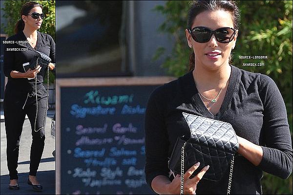 - 15/10/2015: Mlle Eva Longoria a été vue sortant d'un restaurant Japonnais  « Kiwami » à Los Angeles. -