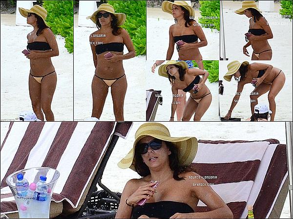 - 18/10/2015 : Toute bronzer, la belle Eva Longoria a été photographiée sur une plage de Cancun au Mexique. -