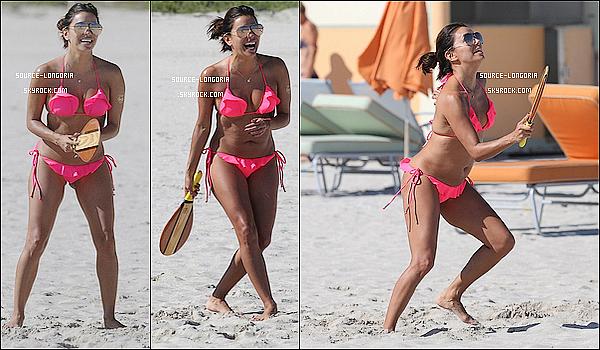 - 23/11/2015: La miss Eva Longoria photographiée sur une plage privée pour passer du bon temps à Miami  -