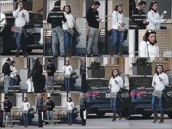 - 31/01/2016: Eva Longoria accompagnée de son fiancée José sont allés faire du shopping dans Beverly Hills .Eva à l'air d'avoir trouver son bonheur vu les deux gros sacs qu'elle a , un petit top pour ma part et toi donne ton avis ?   -