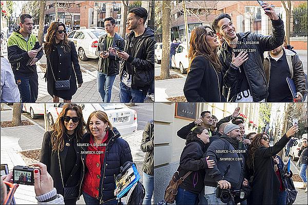 - 01/04/2016: Eva Longoria accompagnée de son fiancée ont étaient photographiée dans les rues de Madrid .Ont peut voir que Eva a était accueillit par ses fans elle a pris le temps de discuter et prendre des photos avec eux c'est super!   -