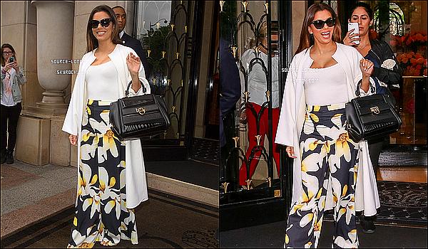 - 10/05/2016:  Eva Longoria à été photographiée sortant de son hôtel à Paris direction le festival de Cannes. J'aime beaucoup sa tenue sa lui va bien , cela fait très printemps elle est rayonnante et toi tu la trouve comment donne ton avis?   -