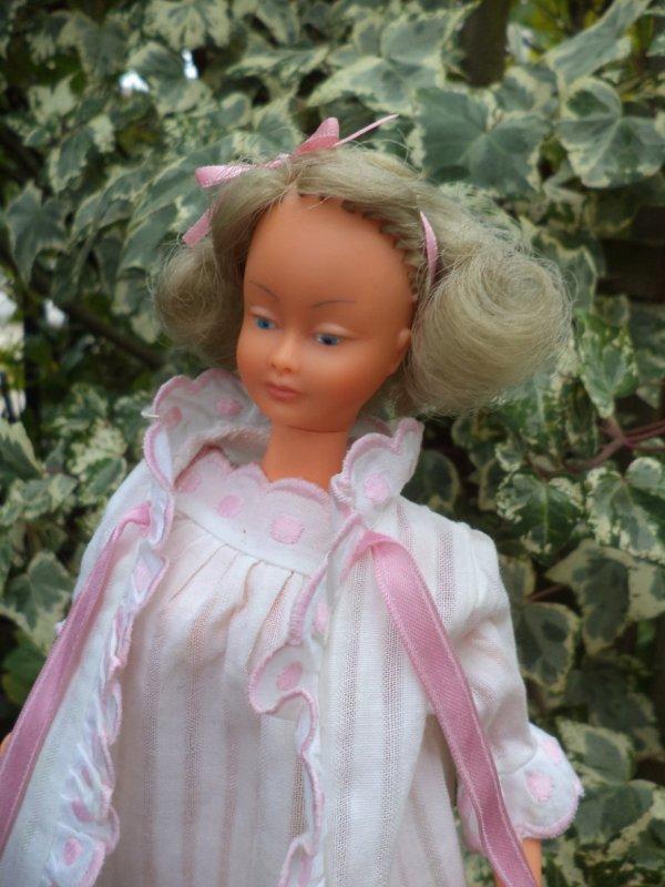 MILY en tenue d'origine ROSE ET BLANC