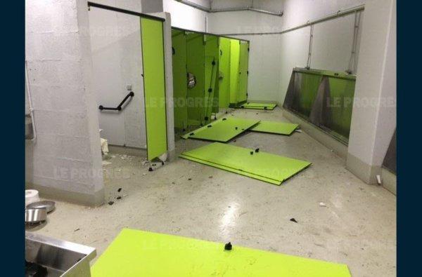les toilettes visiteurs du stade de sainté après le passage des supporters lyonnais