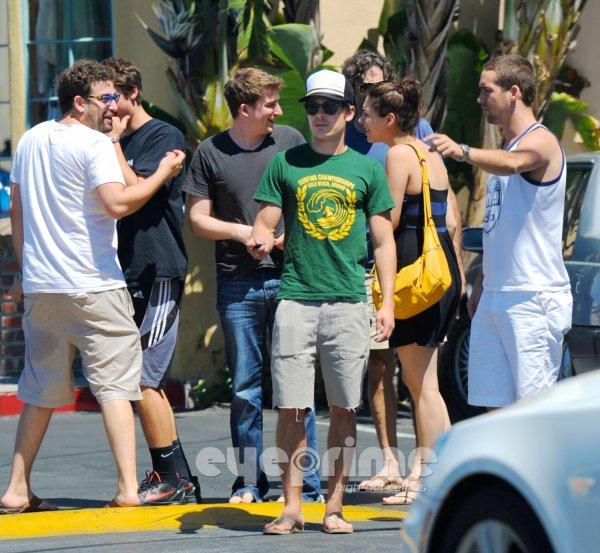 Zac a était photographié sortant du restaurant 'Umami Burger' dans Studio City accompagné de quelques amis , de son frère ainsi que de son père.