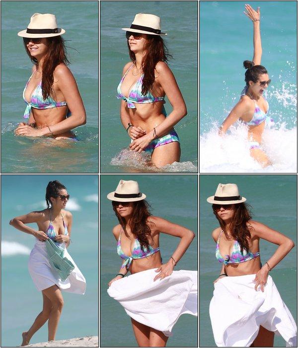 Le 26 Avril 2013, Nina et son amie Julianne Hough allaient à la plage.