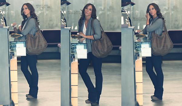 . 12.01.12 -  Jennifer a été aperçue faisant des courses dans Madison Avenue.   [ vidéo de la sortie ]c'est un jolie et simple top que nous fait Jennifer , moi je suis accro a son sac !  .