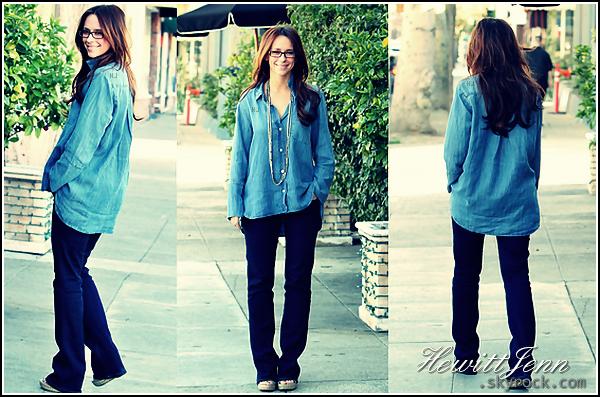 . 09.01.12 -  Jennifer a été photographié dans Studio City alors qu'elle venait d'aller manger. Jenn était super souriante et tapée la pose devant les paparazzis (remarque, elle a raison!) , je la trouve très jolie avec des lunettes.   .