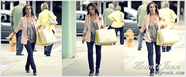 . 14.01.12 -  Jennifer a été aperçue en train de faire du shooping dans Studio City ! (encore) une tenue simple mais jolie, par contre le sourire n'est pas au rendez-vous.. .
