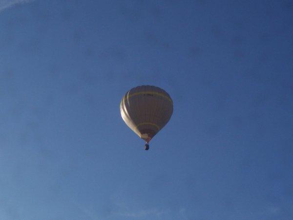 mongolfière au dessus de la maison
