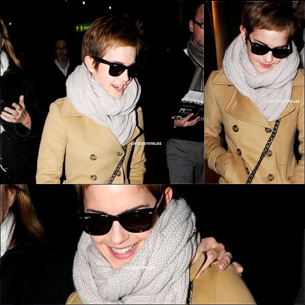 C'est une Emma toute souriante que l'on retrouve à l'aéroport d'Heathrow datant du 14 décembre.