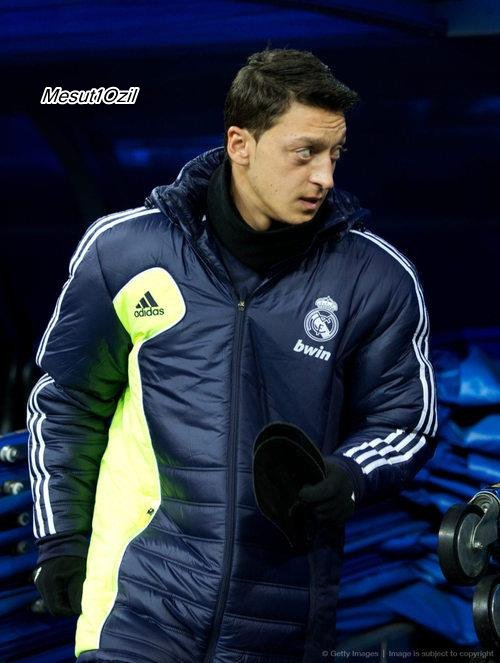 Photos et gif de Mesut sur le banc pendant le match contre Séville (09.02.13)